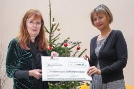 Geschäftsführerin Frau Grumm übergibt Frau Edler die Spende für das Kindertages- und Nachthospiz